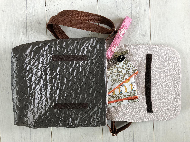Blick in die Handtasche einer Frau