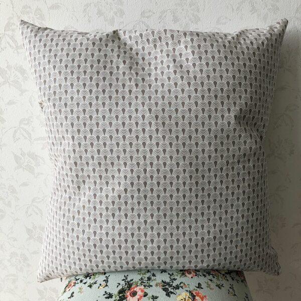 monochromes graues Kissen fürs Sofa kaufen